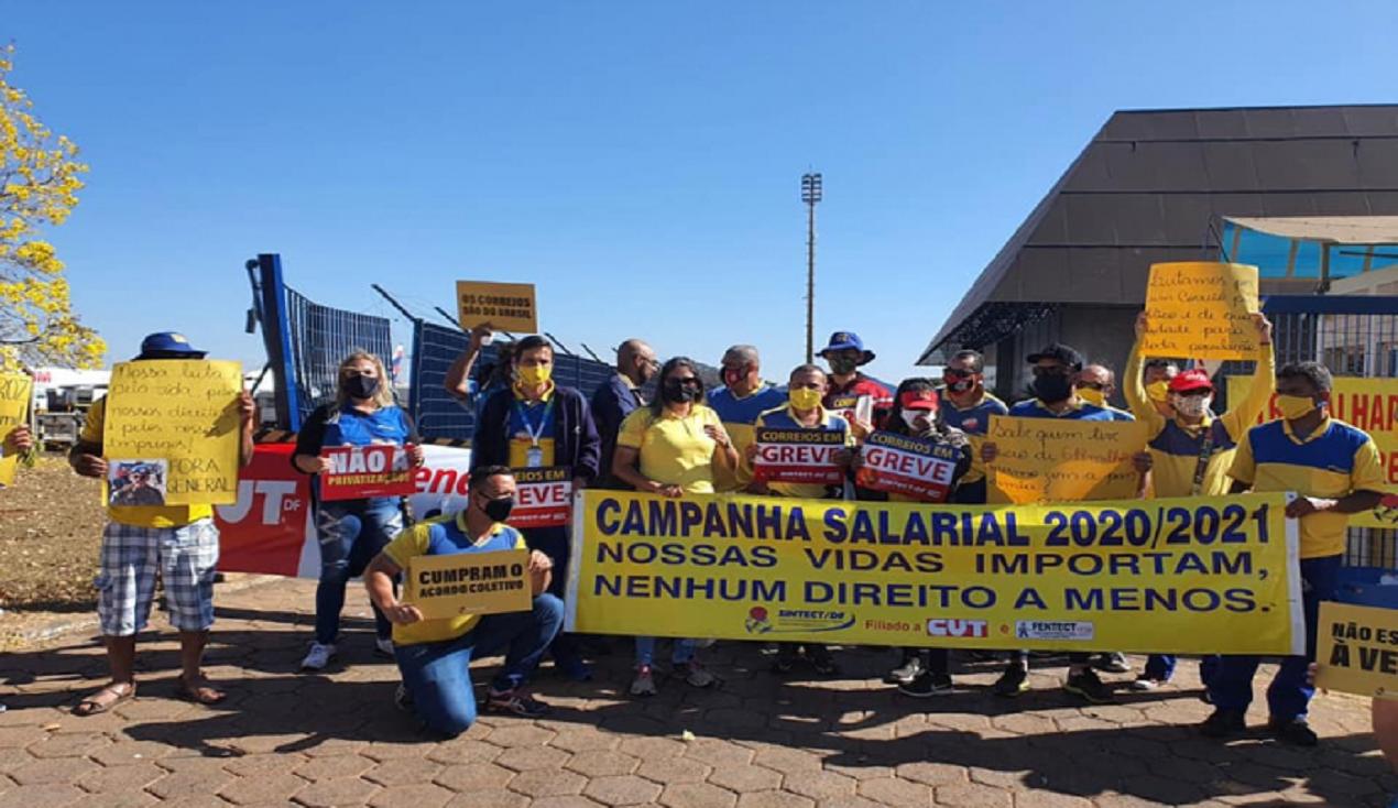 Trabalhadores dos Correios ocupam terminal de cargas do aeroporto de Brasília